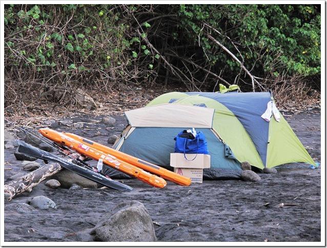 MARQUESAS-GT-TRIP accampamento sulla spiaggia dalla sabbia lavica