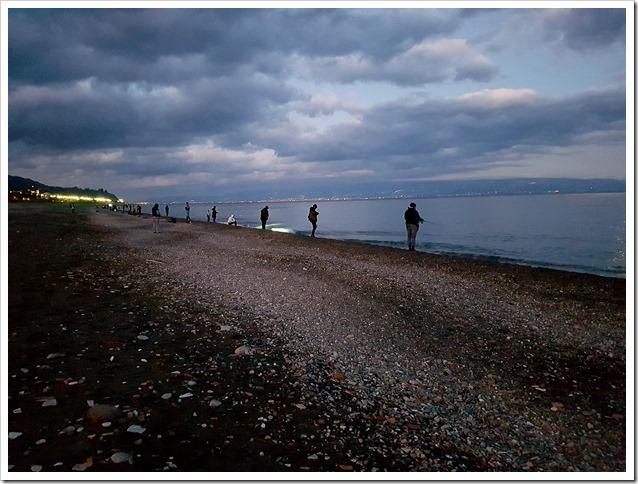 Raduno-Sumizoku-Tour-Sicilia-partecipanti-sulla-spiaggia-di-Roccalumera