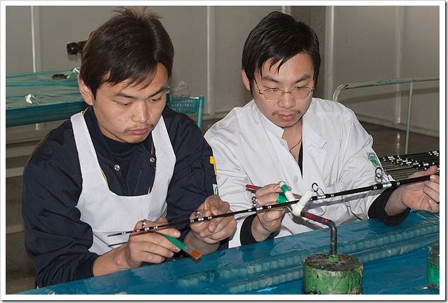Operai-cinesi-rifiniscno--canne-da-pesca